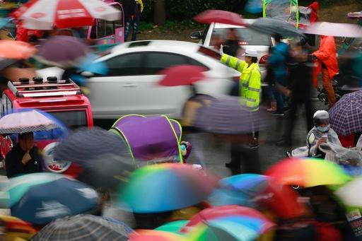四川の交通警察、通行中の市民をたたく動画流れる 警官らを取り調べ