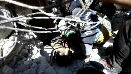 動画:シリア北西部で空爆、女児ががれきの下敷きに 救出活動の映像