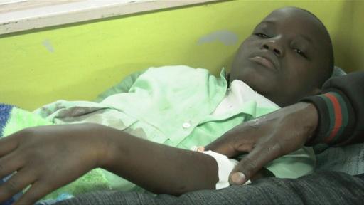 動画:パニックで小学生が一か所に殺到し転倒、13人死亡 ケニア