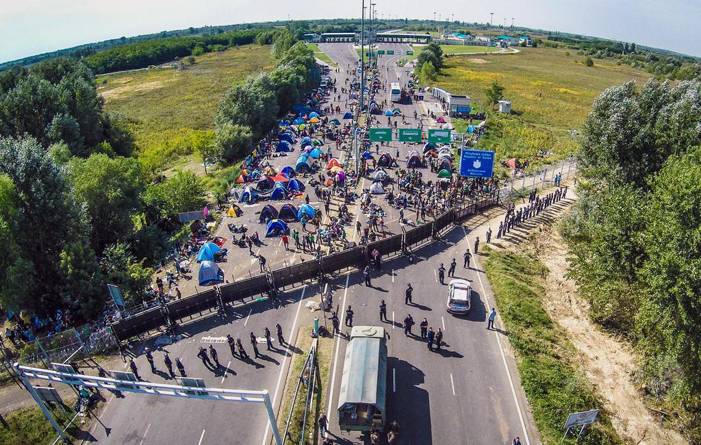 投石と不法入国で逮捕、「テロ行為」で禁錮10年 ハンガリー判決に非難