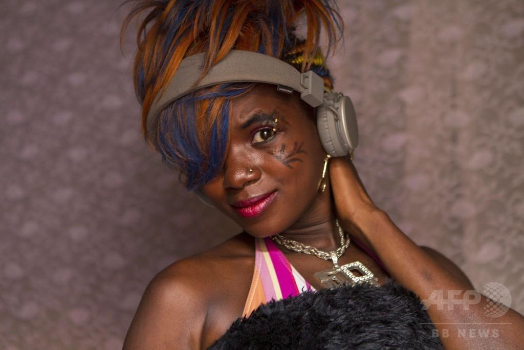 セクシーな音楽ビデオはポルノか?逮捕されたウガンダ女性歌手