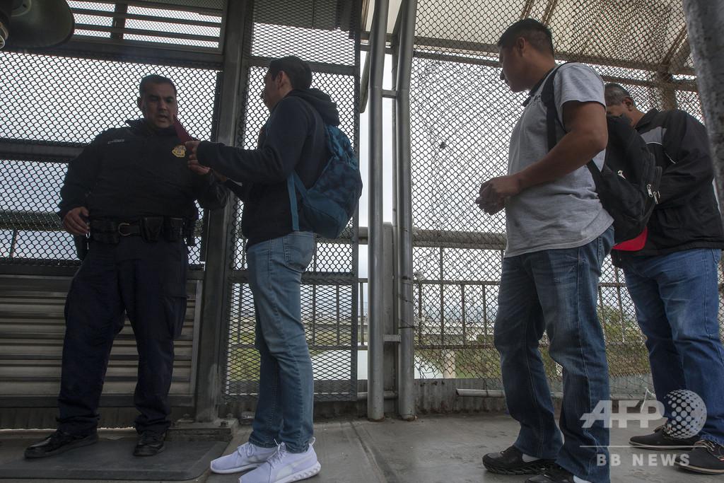 米メキシコ国境で亡命希望者が自殺、入国拒否され喉かき切る