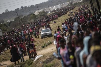 交通事故で王の花嫁候補38人が死亡、スワジランド