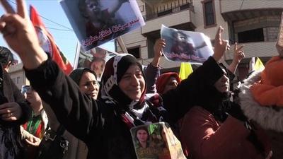 動画:トルコ軍の進軍開始から1年、シリアのクルド人が抗議デモ