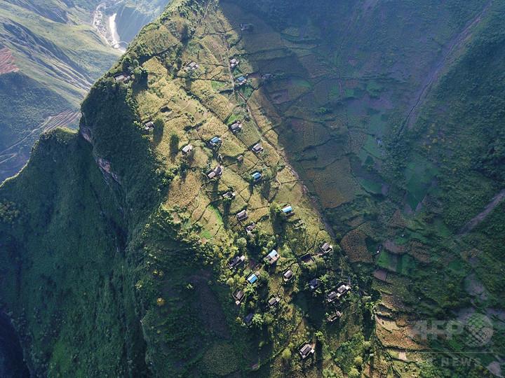 「断崖絶壁」の村、ドローンが医薬品を運搬 中国・四川