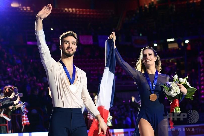 平昌で衣装はだけた仏ペア、アイスダンス歴代最高得点で世界フィギュア優勝