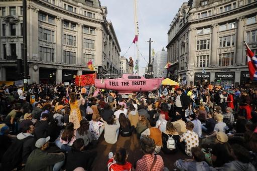 英ロンドン、気候変動の危険性訴えるデモで市内交通まひ 400人以上逮捕