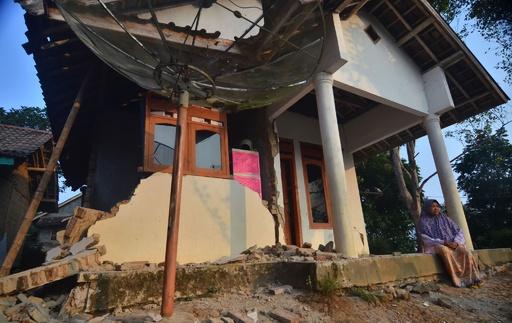 インドネシアで強い地震、4人死亡
