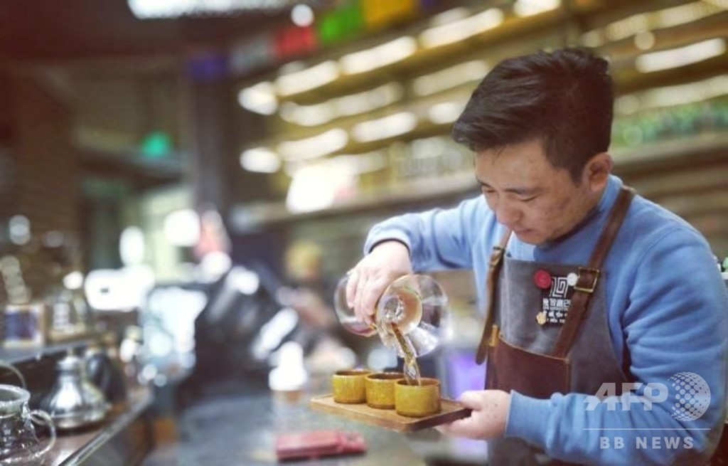 チベット族の青年が入れるチベット風コーヒーの味、中国・青海