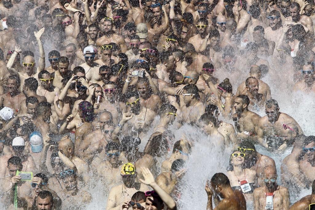 【画像】 プールにゲイがぎっしり! スペインで同性愛者の超大規模パーティ開催