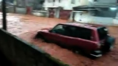動画:シエラレオネ首都で大洪水、312人死亡 濁流の川となった道路