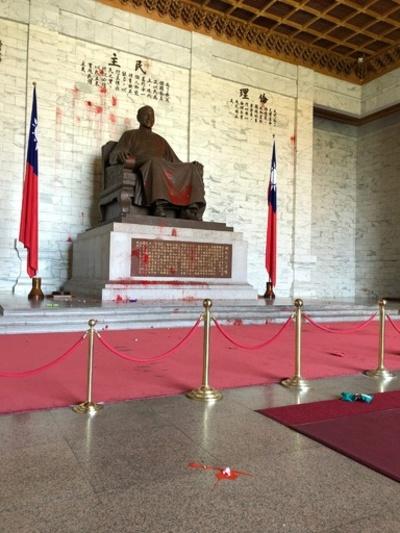 蒋介石像に血…? 抗議団体が赤いペンキ入りの卵投げ付ける 台湾