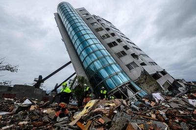 台湾地震の死者9人に 不明者は10人に減少、傾いたビルで捜索続く