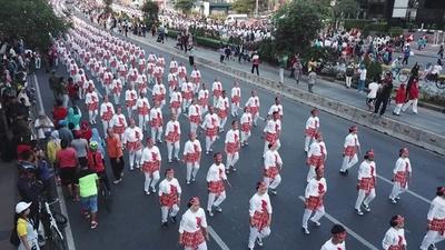 動画:6万5000人で踊る「ポチョポチョ」でアジア大会アピール、インドネシア