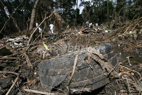 ケニア航空機墜落事故、遺体の回収作業始まる - カメルーン  写真拡大 ▲ キャプション表示 ×