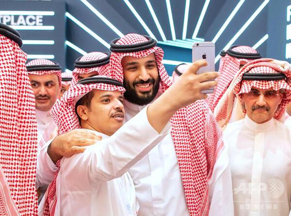 「砂漠のダボス会議」にサルマン皇太子、参加者と談笑 自撮りも